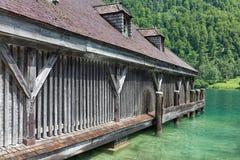 船库德语Konigssee用陡峭的山和明白transparant水 免版税图库摄影