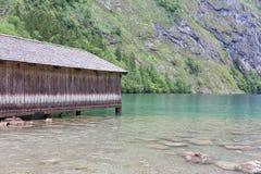 船库德语Konigssee用陡峭的山和明白transparant水 免版税库存照片
