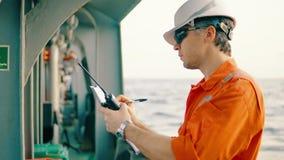 船或船甲板的主管有清单的 股票视频