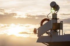 船探照灯和保险索在晚上阳光下 免版税图库摄影