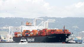 货船明确的鹿特丹进入奥克兰港  免版税库存图片