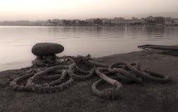 系船柱和绳索在海口 免版税库存图片