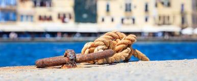 系船柱和绳索在船坞 库存图片