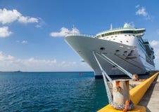系船柱和绳索对游轮 免版税库存图片