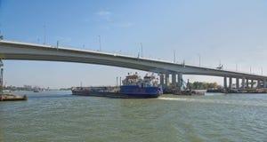 船段落沿顿河的在一座新的桥梁下 免版税图库摄影