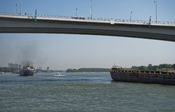 船段落沿顿河的在一座新的桥梁下 库存图片