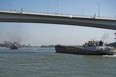 船段落沿顿河的在一座新的桥梁下 免版税库存图片