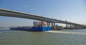 船段落沿顿河的在一座新的桥梁下 库存照片