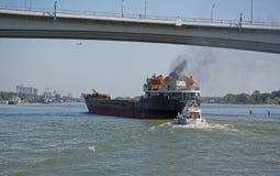 船段落沿顿河的在一座新的桥梁下 免版税库存照片
