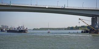 船段落沿顿河的在一座新的桥梁下 图库摄影