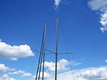 船游艇帆柱与多云天空在背景中 免版税库存图片