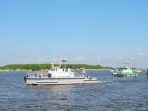 船游行在Uostadvaris,立陶宛庆祝 免版税库存照片