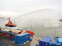 船熔化冰被蒸汽枪在港口 库存图片