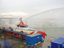 船熔化冰被蒸汽枪在港口 免版税库存照片