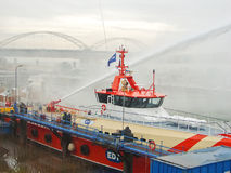 船熔化冰被蒸汽枪在霍林赫姆港口  库存照片