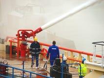 船熔化冰被蒸汽枪在霍林赫姆港口  库存图片