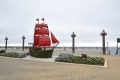船猩红色风帆 图库摄影