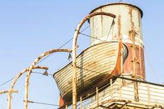 船生锈的木救助艇 免版税库存图片