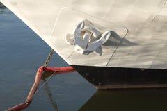 船白色的鼻子,在船锚的在停泊处 免版税库存图片