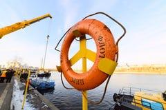 船的上升从河的冬天岸公园的 免版税库存图片