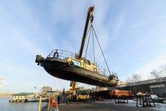 船的上升从河的冬天岸公园的 免版税库存照片