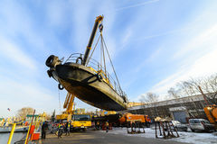 船的上升从河的冬天岸公园的 库存图片