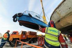 船的上升从河的冬天岸公园的 免版税图库摄影
