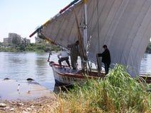 船的人们在河尼罗开罗 免版税库存图片