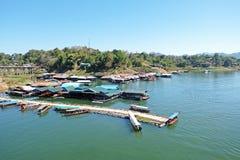 船的修士在小船坞和其他附近在河运送与 库存图片