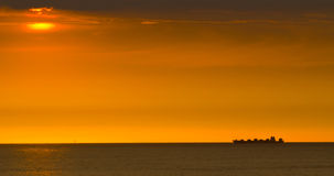 货船的剪影在日出的 库存照片