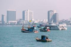 船的各种各样的大小在芭达亚海滩,海湾的春武里市附近的  免版税库存照片
