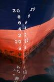 货船的弓与草稿标度编号的 库存照片