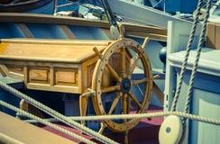 船的方向盘 上尉的工作场所 库存照片