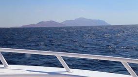 从船的甲板的看法在海的 股票录像