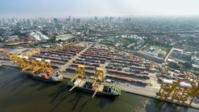 货船的空中图象在海口的有城市视图 免版税图库摄影