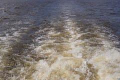 船的踪影拧紧河的表面上 库存图片