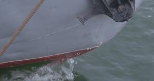 船的鼻子接近  海划线员或货船固定与绳索或被停泊对港口停泊处 游艇` s 影视素材