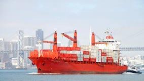 货船盖帽进入奥克兰的港帕默斯顿角 免版税库存图片