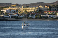 船看法在smal小游艇船坞在Corralejo 库存图片