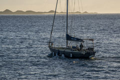 船看法在smal小游艇船坞在Corralejo 免版税图库摄影