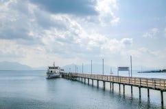 船等待的旅客 免版税图库摄影