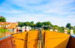 船航行的前面在河的 图库摄影