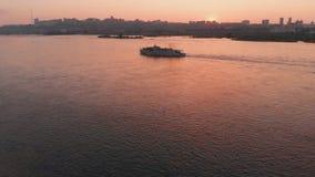 船航行的鸟瞰图在河的在日落的城市 影视素材