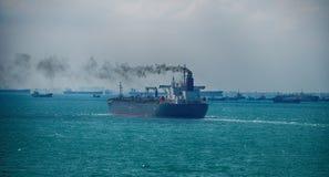 从船航行的黑烟在公海 免版税库存照片