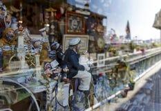 船舶对象待售在商店窗口里 免版税库存图片