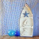 船舶小船形状架子和船舶生活方式对象在木桌上 被过滤的葡萄酒 图库摄影