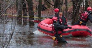 船舶救援队疏散了有可膨胀的小船的一个受害者