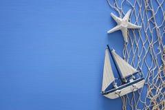 船舶概念顶视图与海洋生活样式的在木桌上反对 库存照片