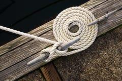 船舶美好的打旋的卷曲的绳索小船弓的线栓下来 图库摄影
