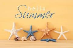 船舶,假期和旅行图象与海星在黄色木背景和桌 库存图片